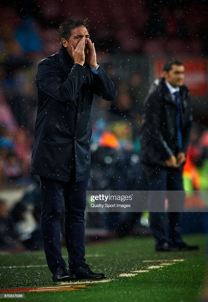 Eduardo Berizzo manager of Sevilla reacts during the La Liga match between Barcelona and Sevilla at Camp Nou on November 4, 2017 in Barcelona, Spain.