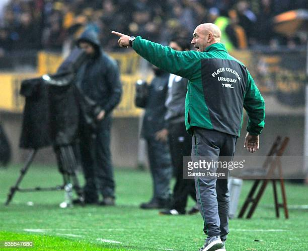 Eduardo Espinel coach of Plaza Colonia gives instructions during a match between Penarol and Plaza Colonia as part of Campeonato Uruguayo at Campeon...
