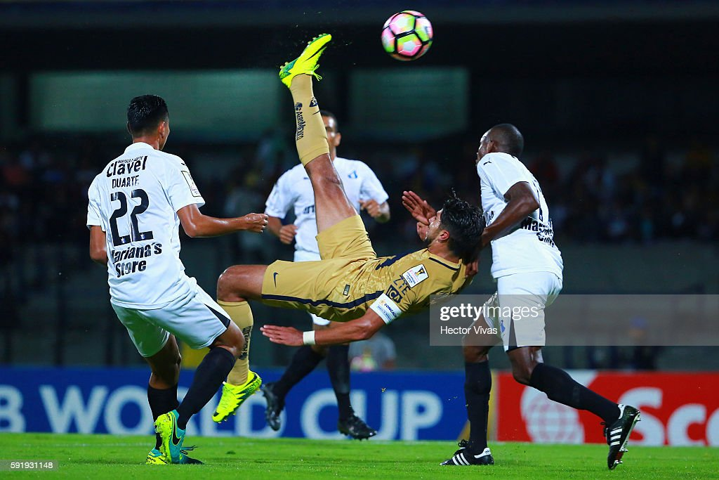 Eduardo Herrera of Pumas scores the first goal of his team during the match between Pumas UNAM and Honduras Progreso as part of the CONCACAF Champions League 2016/17 at Olimpico Universitario Stadium on August 18, 2016 in Mexico City, Mexico.