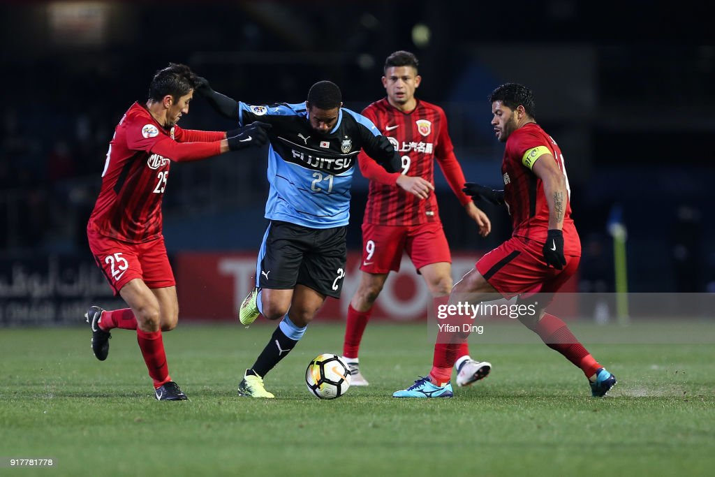 Eduardo Neto #21 of Kawasaki Frontale dribbles against Odil Akhmedov #25 and Hulk #10 of Shanghai SIPG during the AFC Champions League Group F match between Kawasaki Frontale and Shanghai SIPG at Todoroki Stadium on February 13, 2018 in Kawasaki, Kanagawa, Japan.