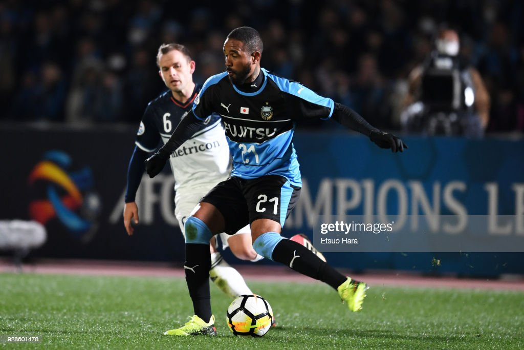 Eduardo Neto (R) of Kawasaki Frontale in action during the AFC Champions League Group F match between Kawasaki Frontale and Melbourne Victory at Todoroki Stadium on March 7, 2018 in Kawasaki, Kanagawa, Japan.