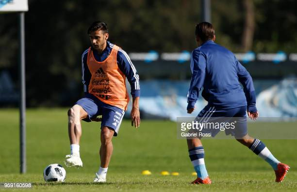 Eduardo Salvio of Argentina controls the ball during a traning session as part of the preparation for the FIFA World Cup Russia at Julio Humberto...