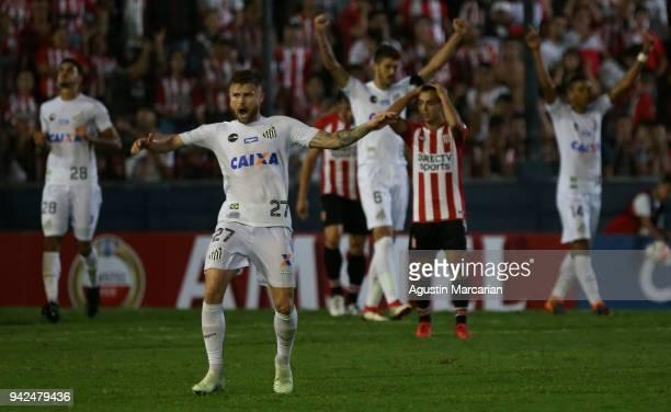 Eduardo Sasha of Santos celebrates at the end of a match between Estudiantes and Santos as part of Copa CONMEBOL Libertadores 2018 at Estadio...
