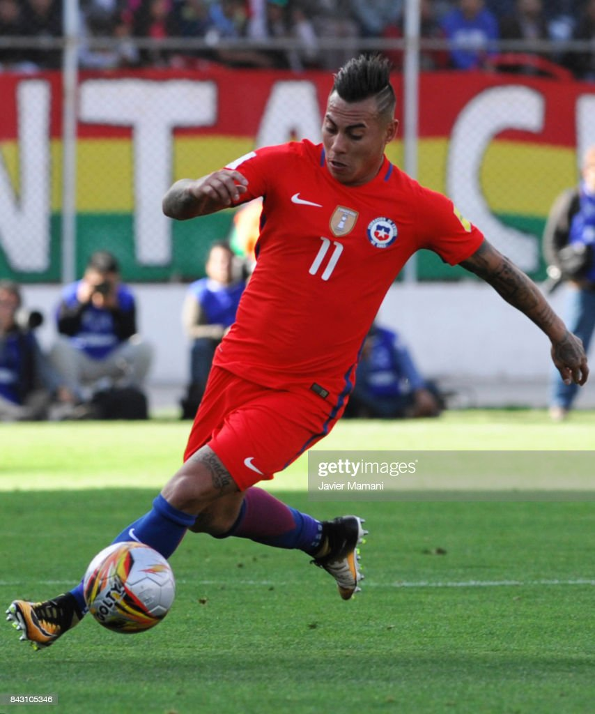 Eduardo Vargas of Chile drives the ball during a match between Bolivia and Chile as part of FIFA 2018 World Cup Qualifiers at Hernando Siles Stadium on September 05, 2017 in La Paz, Bolivia.