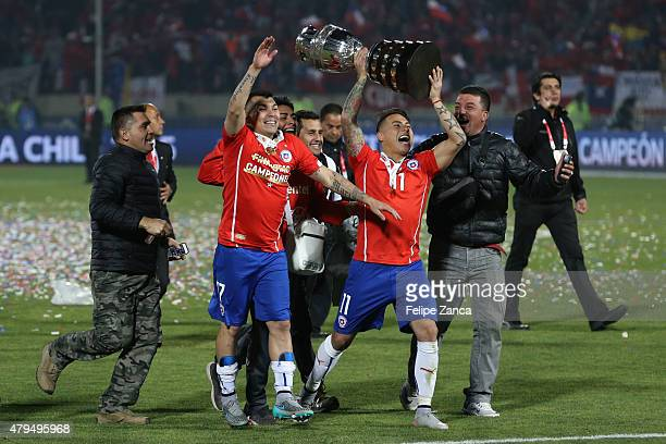 Eduardo Vargas of Chile lifts the trophy after winning the 2015 Copa America Chile Final match between Chile and Argentina at Nacional Stadium on...