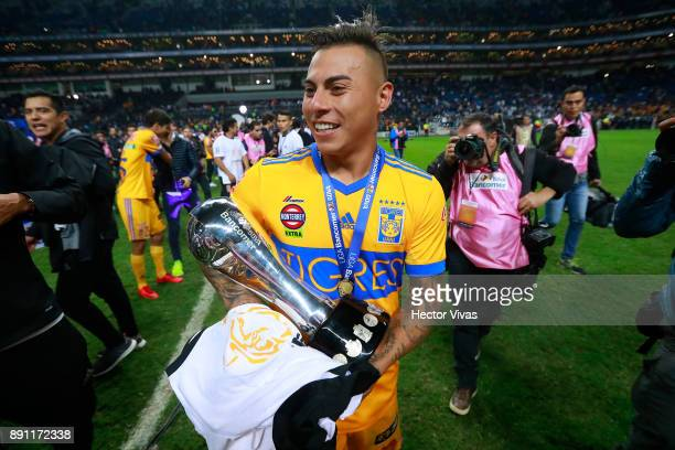 Eduardo Vargas of Tigres celebrates with the trophy after winning the second leg of the Torneo Apertura 2017 Liga MX final between Monterrey and...