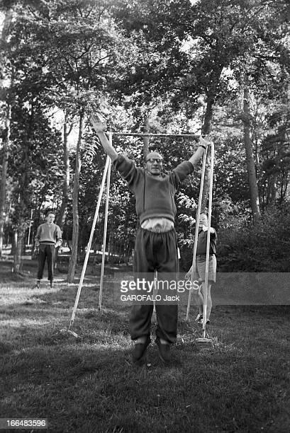 Education 25 septembre 1956 Ecole radicale dans un prè lors d'un séminaire un groupe d'étudiants ou d'enseignants en activité sportive