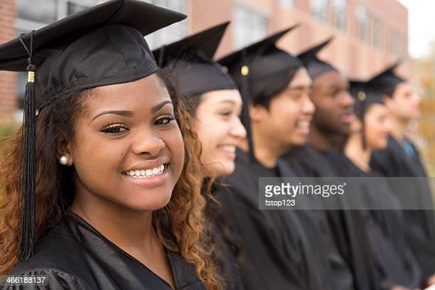 Bildung: Afrikanischer Herkunft graduate und Freunden auf college-campus.
