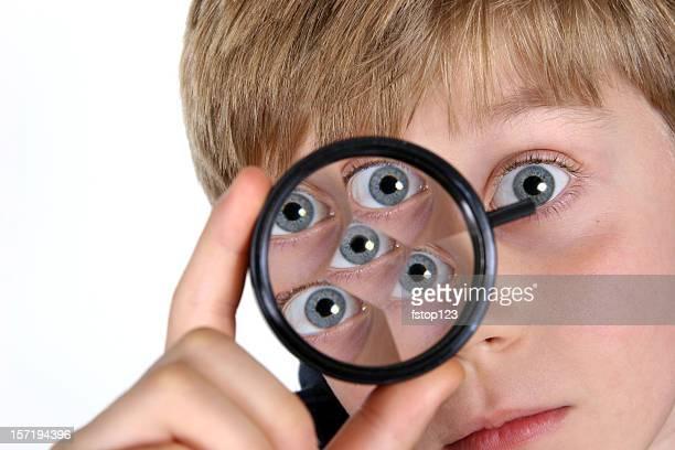 La educación: Boy, niño estudiante aprendizaje de prismas que se polarizan con orientación ortogonal. Primaria clase de Ciencias.