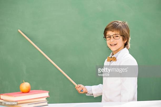 La educación de los niños. Niño feliz en elemental en montaje tipo aula.