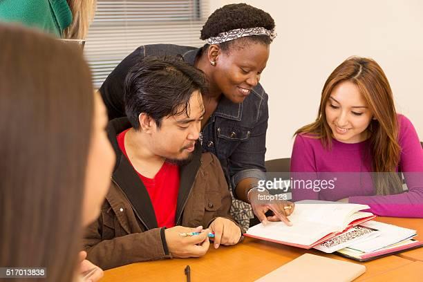 Bildung: Studenten und Lehrer Arbeiten im Kurs.