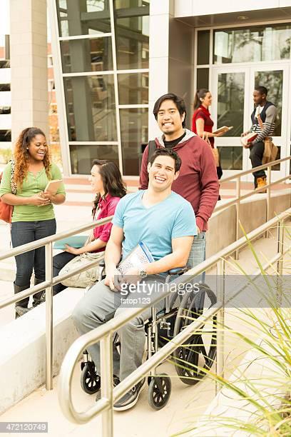 Educação: Desativado aluno contribuiu para a rampa para cadeiras de rodas.  College campus.