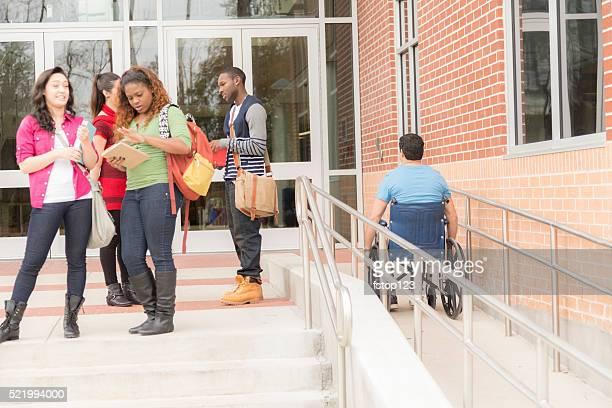 Bildung : Barrierefreie Student fährt Rollstuhlrampe. College-Campus.