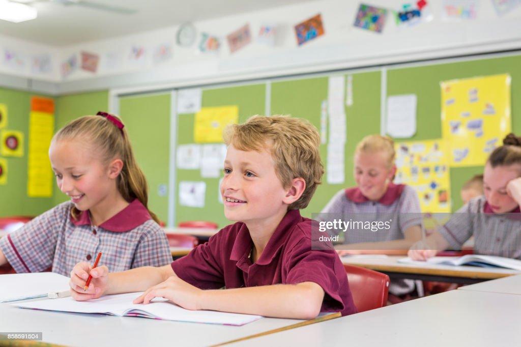 Bildung der Grundschüler, die Beantwortung von Fragen im Unterricht : Stock-Foto
