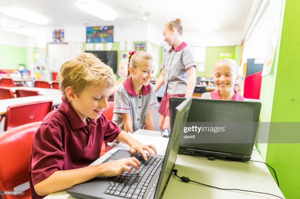 Bildung der Grundschüler mit dem Computer : Stock-Foto