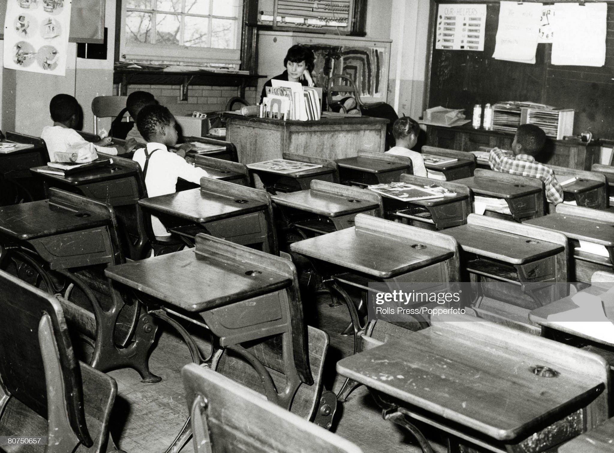 Segregácia vzdelávania, USA. pic: 1964. Queens, New York. Do integračného plánu bola zaradená takmer opustená trieda, do ktorej chodilo len 5 čiernych detí, po masívnom bojkote bielych po škole. : Novinky Foto