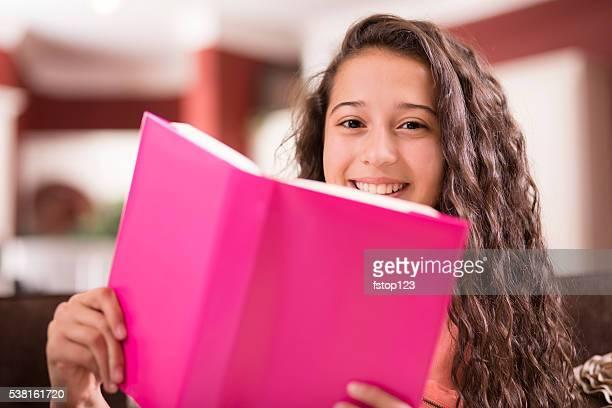 Bildung. Teenager-Mädchen studieren und Buch zu Hause fühlen. Hausaufgaben.