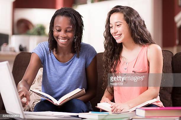 Educação. Meninas Adolescentes a estudar, a fazer trabalho de casa. Casa interior.