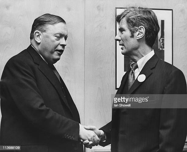 Edward Boyle Vice Chancellor of the University of Leeds meets US diplomat Philip Mayer Kaiser Managing Director of the British branch of...