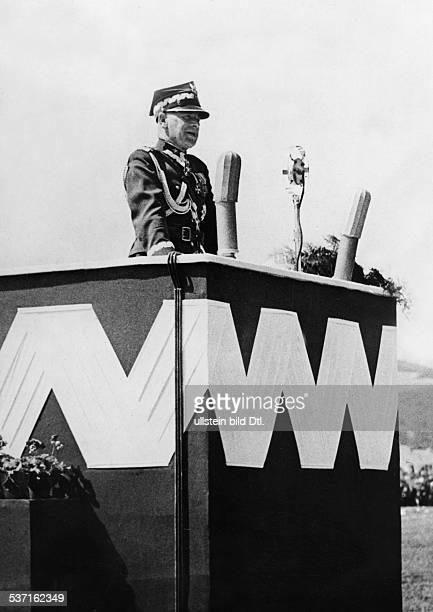Edward RydzSmigly Officer Polen delivering a speech against German claims on Gdansk at a convention of polish legion in Krakow August 1939...