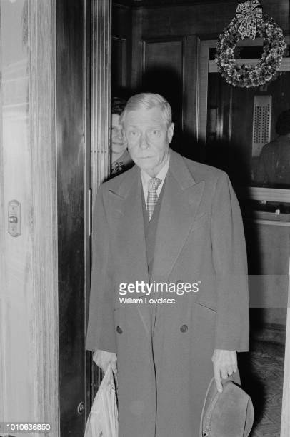 Edward VIII, Duke of Windsor pictured entering the Waldorf Astoria hotel in Manhattan, New York on 29th December 1964.