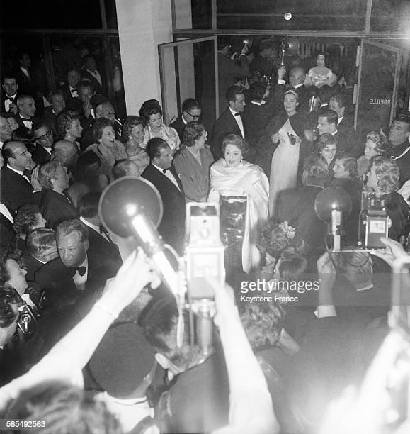 Edwige Feuillère et Arletty arrivant au palais des festivals lors du Festival international du film à Cannes France en 1956