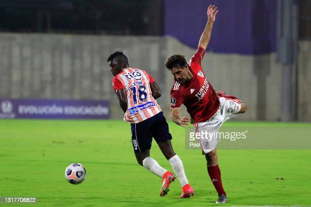 Edwin Cetré of Junior competes for the ball with Leonardo Ponzio of River Plate during a match between Junior and River Plate as part of group D of...