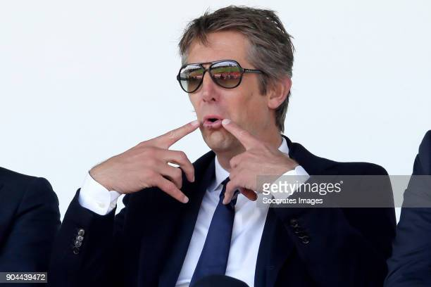 Edwin van der Sar suggest to takes the referee his place after the Portugese referee left the stadium 20 minutes before Kick off during the match...