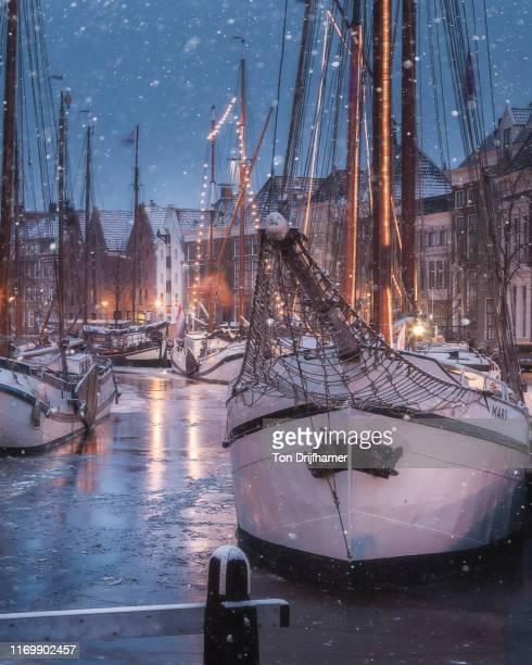 een winters uitzicht op zeilschepen in de binnenstad van groningen tijdens de jaarlijkse winter welvaart. - groningen provincie stockfoto's en -beelden