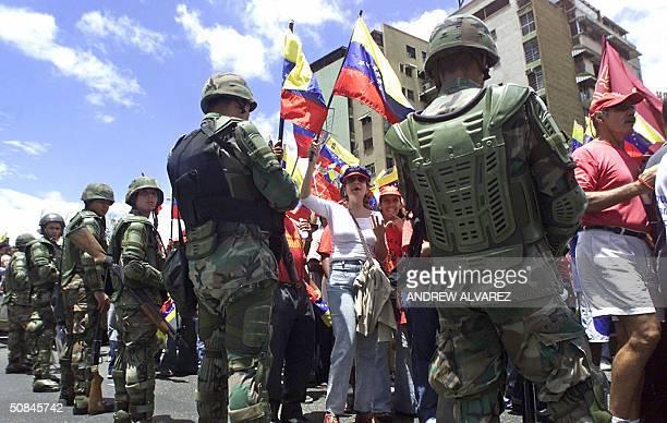 Efectivos de la Guardia Nacional custodian una marcha de simpatizantes al mandatario venezolano Hugo Chavez en Caracas el 16 de mayo de 2004 Miles de...