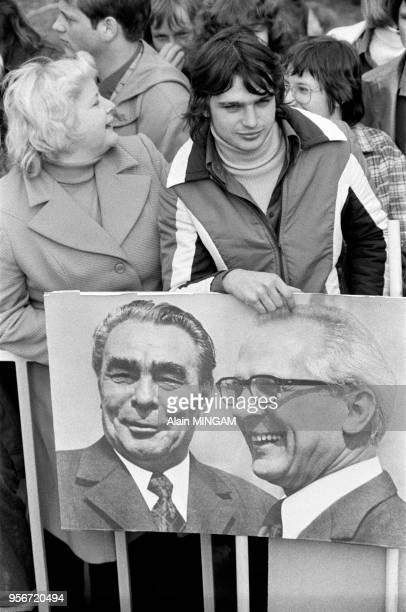Effigies de Léonid Brejnev et Erich Honecker dans la foule lors de la commémoration du 30ème anniversaire de la création de la RDA 'République...