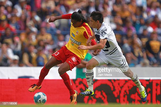 Efrain Velarde of Pumas struggles for the ball with Joel Huiqui of Morelia durante un partido entre Morelia v Pumas como parte del Clausura 2012 en...
