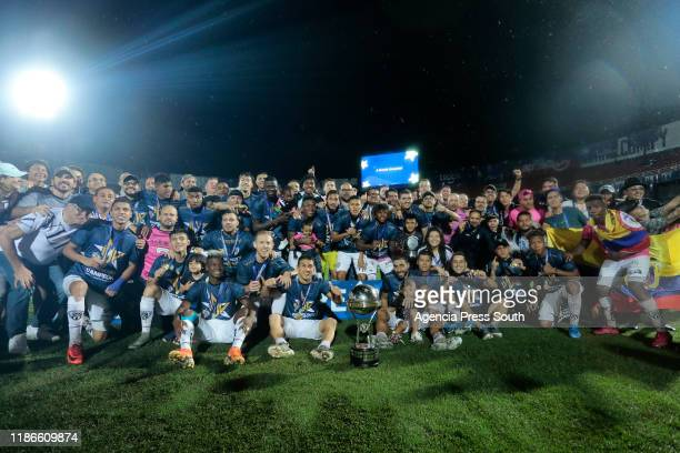 Efren Mera and Cristian Pellerano of Independiente del Valle slong with teamamtes celebrate with the trophy after winning the final of Copa CONMEBOL...
