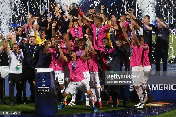 Efren Mera of Independiente del Valle and teammates lift the trophy after winning the final of Copa CONMEBOL Sudamericana 2019 between Colon and...
