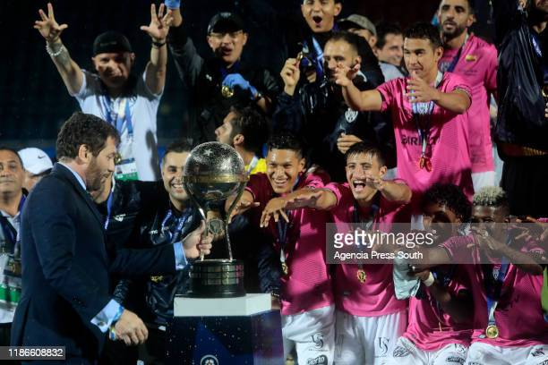 Efren Mera of Independiente with teammates celebrate with the trophy after winning the final of Copa CONMEBOL Sudamericana 2019 between Colon and...