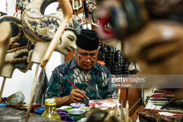 Efrin Syafrudin painting a puppets of the Ramayana type in Cupumanik Gallery Cupumanik Puppets Gallery which was founded in 1970 has exported puppets...