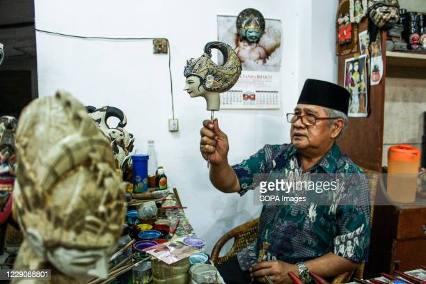 Efrin Syafrudin shows puppets of the Ramayana type in Cupumanik Gallery Cupumanik Puppets Gallery which was founded in 1970 has exported puppets...