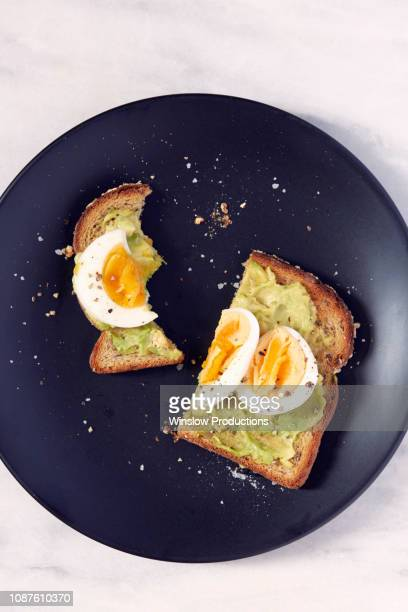 egg and avocado on toast - avocado toast stockfoto's en -beelden