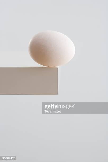 egg balancing on a ledge - fragilidade - fotografias e filmes do acervo