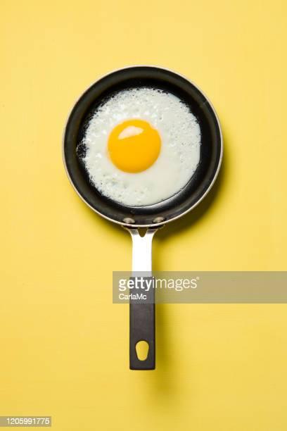 黄色の背景にパンの卵 - 卵白 ストックフォトと画像