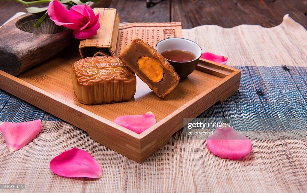 Egg yolk moon cake in bamboo tray. : 圖庫照片