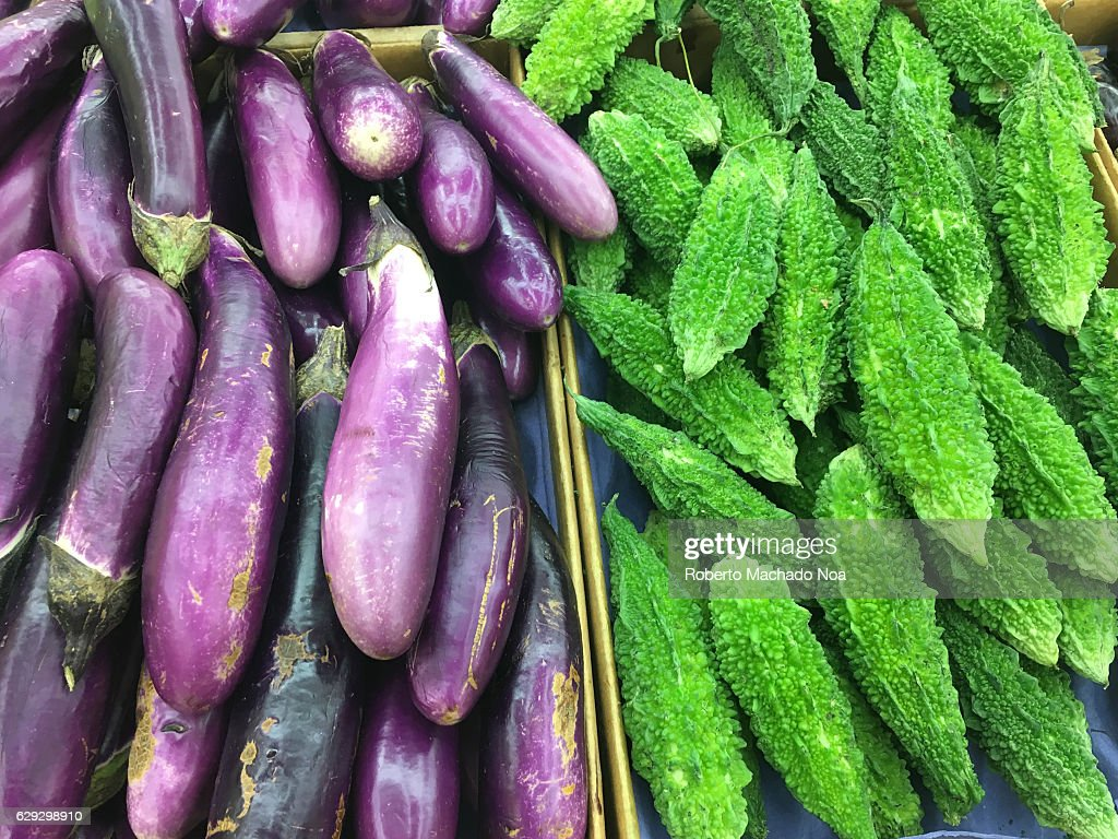 Eggplants and India Karela bitter gourd. Grocery store... : Nachrichtenfoto
