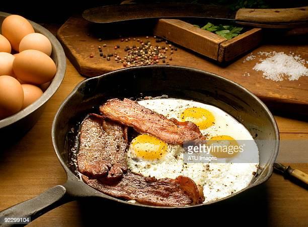 eggs bacon - spek stockfoto's en -beelden