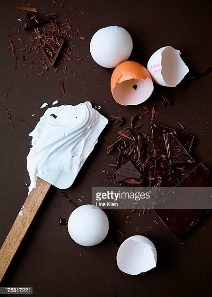 eggs for meringue and chocolate - klein foto e immagini stock