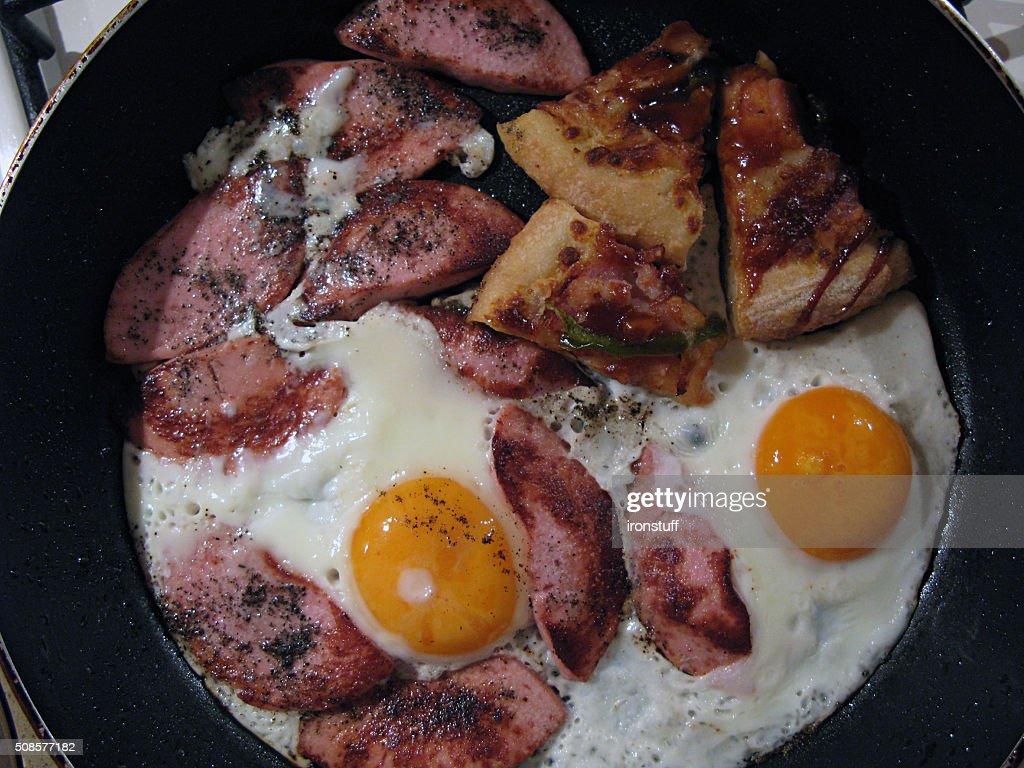 Mit Eiern, Würstchen und Pfeffer gebraten : Stock-Foto