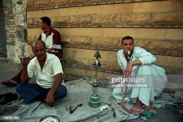 Egipte molts homes gaudeixen el seu temps lliure fumant shisha amb la pipa d'aigua anomenada narguil La shisha és una pasta negra i oliosa amb aroma...