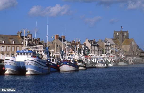 Eglise en granit de Saint Nicolas et port de Barfleur dans la Manche France