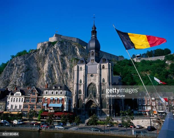 eglise notre-dame in dinant - drapeau belge photos et images de collection