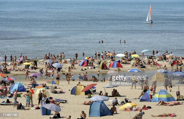 People visit the beach 19 July 2006 in Egmond aan Zee as a heatwave has settled over Europe AFP PHOTO / ANP PHOTO / OLAF KRAAK **NETHERLANDS OUT**