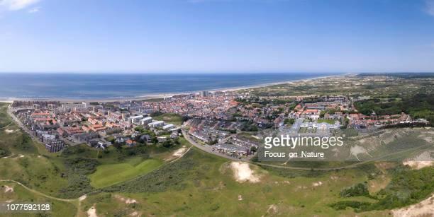 egmond aan zee, panoramische geschoten met een drone - noord holland stockfoto's en -beelden